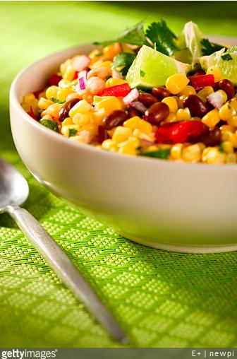 Maïs et haricots rouges en boîte sont la base de cette recette de salade très connue !