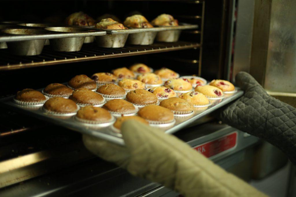 Muffins cuits dans un four à pâtisserie
