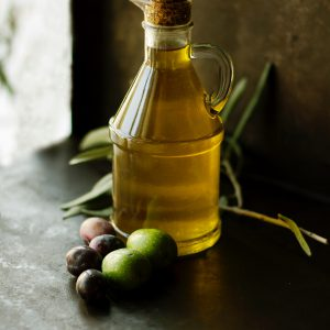 Bouteille d'huile d'olive bio avec branche olives